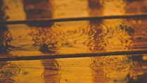 regen tropfen bretter nass kreise