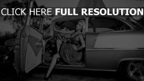 mädchen auto retro schwarz-weiß-foto
