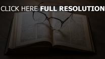 buch lesen retro gläser tisch