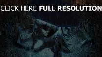 mann regenschirm regen licht nacht tropfen