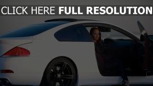 bmw m6 e63 sportwagen weiß mädchen seitenansicht