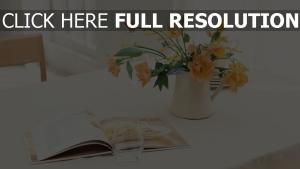 vase strauß blütenblätter magazin glastisch