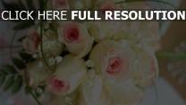 weiße rosen knospen rosa brautstrauß