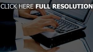 geschäftsmann hand laptop tastatur