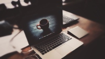 apple macbook laptop kopfhörer tisch