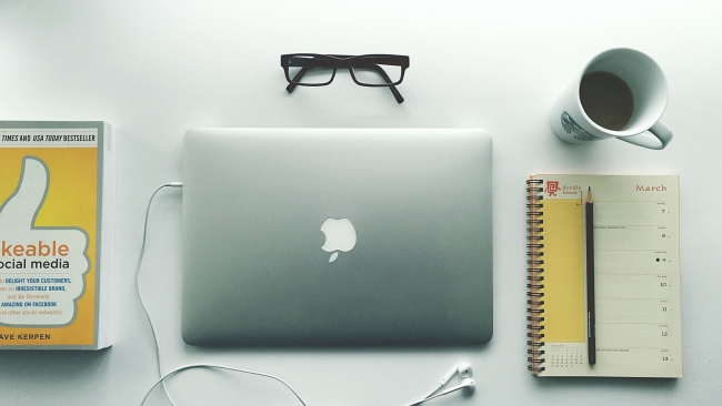 hd hintergrundbilder brille becher kopfhörer apple laptop notebook macbook