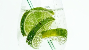limone wasser glas rohr trinken