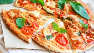 pizza tomaten frische kräuter scheiben schmackhaft