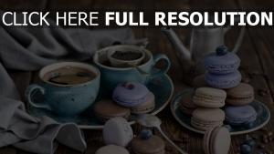 kaffee makronen tisch teller kaffeekanne