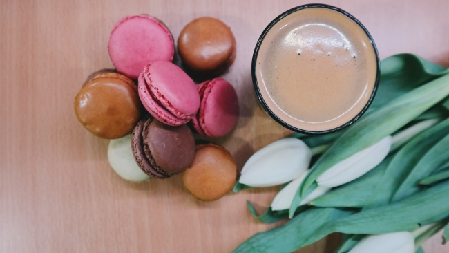 hd hintergrundbilder kaffee tulpen makronen dessert