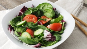 blätter gurken spinat gemüse salat