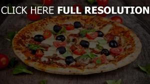pizza tisch tomaten oliven käse champignons