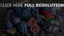 feigen trauben blaubeeren korb tasse tisch