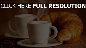 kaffee bohnen schaum dampf tassen croissants
