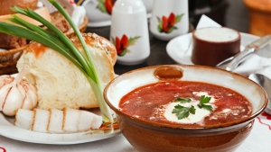 suppe zwiebel speck brot teller würze
