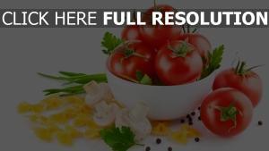 tomaten champignons nudeln kräuter schüssel