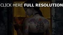 mädchen tattoo buch ohrringe brünett