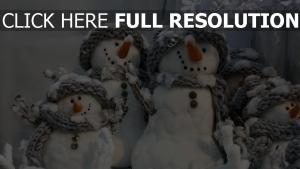 schneemänner familie hüte schals winter