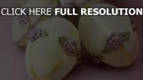 eier rosen bänder dekorationen ostern