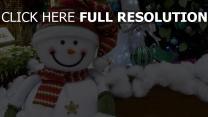 präsentiert lächelnd schneemann baum weihnachten feiertag neues jahr
