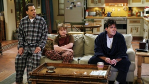 charlie sheen jon cryer charlie harper two and a half men zimmer hauptfiguren jake harper jake harper angus t jones