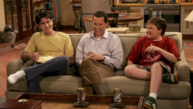 hd hintergrundbilder jake harper angus t jones charlie sheen jake harper zimmer two and a half men jon cryer sofa gespräch situation charlie harper