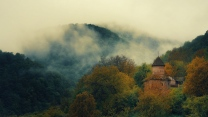 armenien berge nebel bäume gebäude
