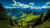 berglandschaft wald fichte berggipfel wolken
