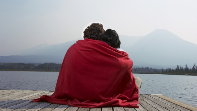 hd hintergrundbilder paar umarmt kariert strand romantik