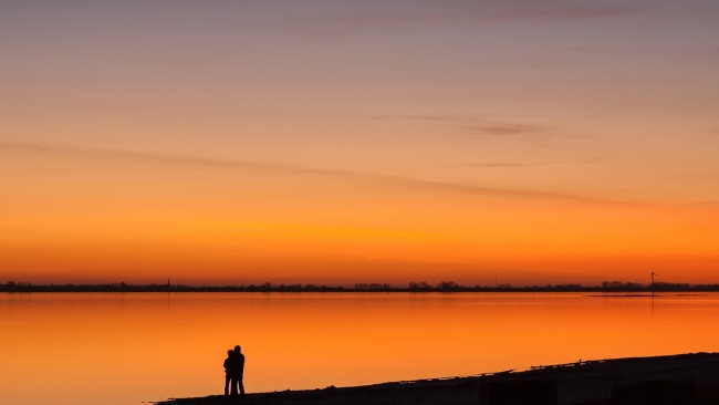 hd hintergrundbilder paar sonnenuntergang fluss strand romantik