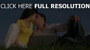 paar laptop gras rasen kuss