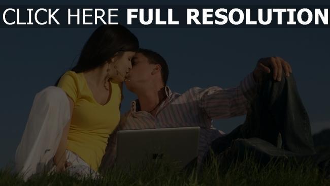hd hintergrundbilder paar laptop gras rasen kuss