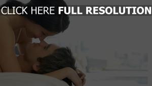 paar umarmen lächelnd romantik