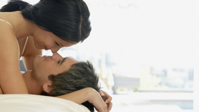 hd hintergrundbilder paar umarmen lächelnd romantik