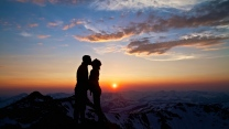 sonnenuntergang berge paar küssen silhouette
