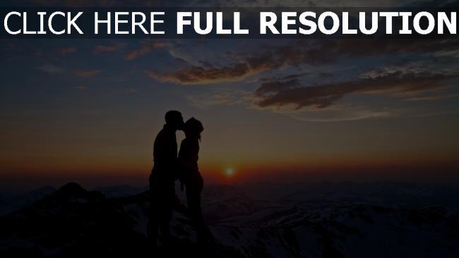 hd hintergrundbilder sonnenuntergang berge paar küssen silhouette