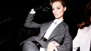 foto-shooting stil schauspielerin violett grau margot robbie