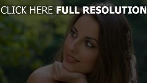 haar lächelnd gesicht braune augen brünett