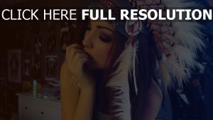 brünette federn hut ethnischen stil