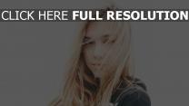 alexis ren blond gesicht wind