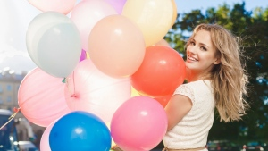 blonde lächeln luftballons kleid
