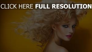 blonde locken haare blaue augen