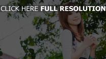 brünett lächeln asiatisch blätter