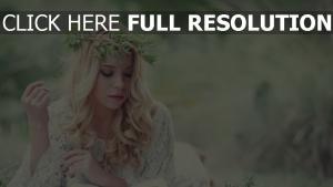 blond haar wellig kranz gras