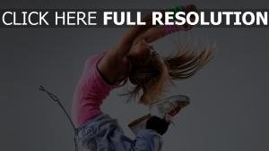 blonde springen tanzen t-shirt turnschuhe