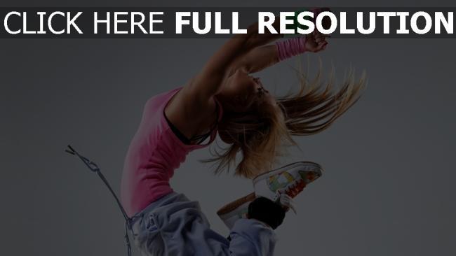 hd hintergrundbilder blonde springen tanzen t-shirt turnschuhe