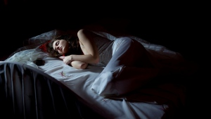 traum brünett couch nacht licht