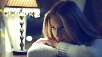 blond nachdenklich licht leuchte pullover