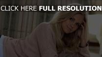 blond pullover blaue augen lächeln