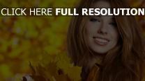 brünett lächeln herbst blätter
